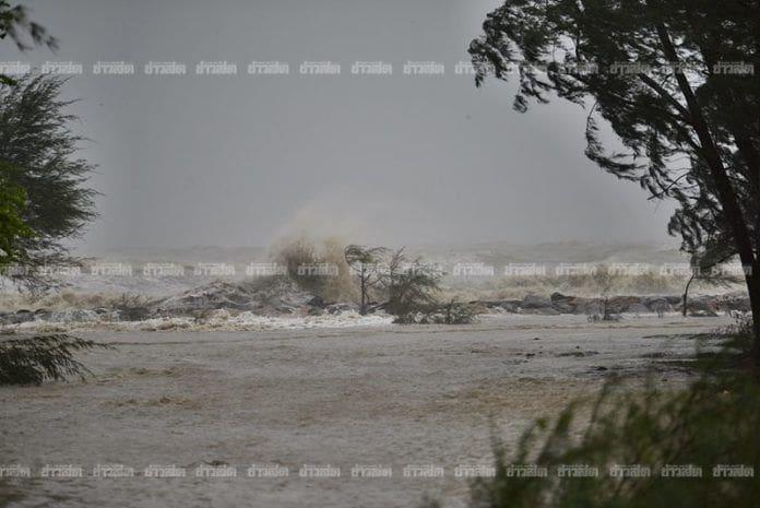 ปาบึกแผลงฤทธิ์! ฝนถล่ม ทะเลคลั่ง ซัดท่วมแหลมตะลุมพุก | News by The Thaiger