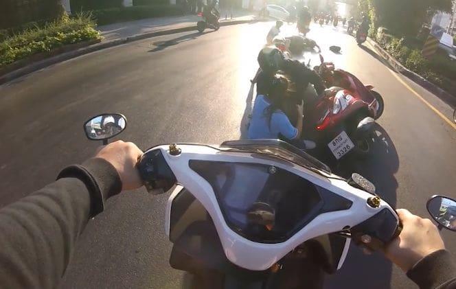 ขี่จักรยานยนต์มักง่าย ฝ่าไฟแดงแยกพระโขนง พุ่งไปชนรถคันอื่นล้มระเนระนาด   The Thaiger