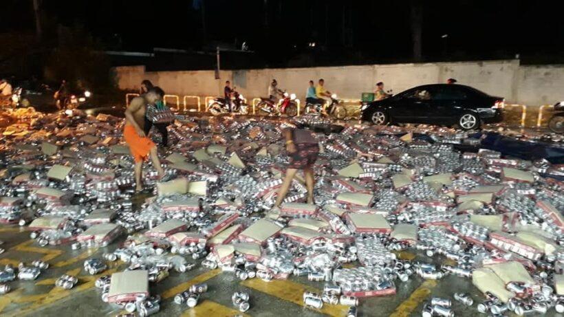 เทกระจาด! รถขนเบียร์คว่ำ ป๋องเบียร์กระจายเต็มถนน ชาวบ้านช่วยเก็บ(ใส่กระเป๋า) | News by The Thaiger