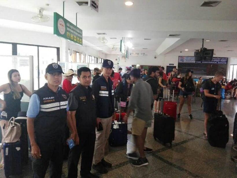 ศูนย์ช่วยเหลือนักท่องเที่ยว จังหวัดกระบี่ ขนนักท่องเที่ยวจากเกาะขึ้นฝั่ง | News by The Thaiger