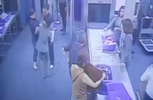 นักท่องเที่ยวตบหน้าพนักงานสนามบินสุวรรณภูมิ เหตุไม่พอใจถูกเรียกตรวจกระเป๋าซ้ำ   News by The Thaiger