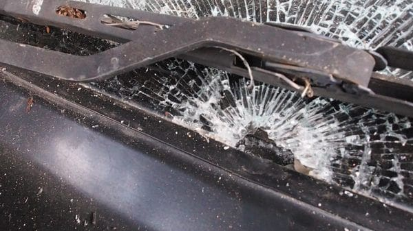 ลูกหลงปีใหม่ กระสุนปริศนาตกทะลุกระจกรถสาวพะเยา คาดคนยิงปืนขึ้นฟ้า | News by The Thaiger