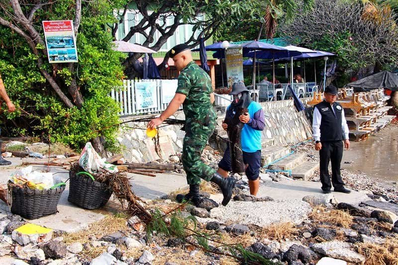 Hua Hin officials roll up their sleeves to clean the beaches after recent storms | News by The Thaiger