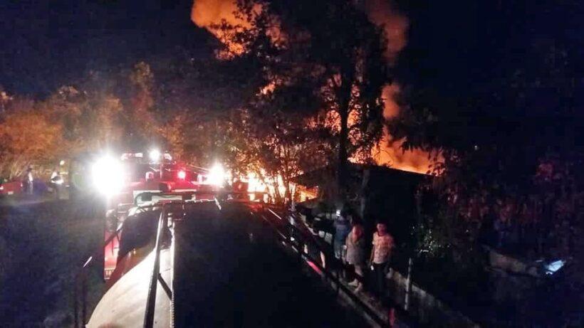 เพลิงไหม้บ้านวอด 6 หลัง ชุมชนคลองเกาะผี ในพื้นที่ ต.วิชิต   News by The Thaiger