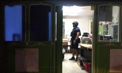 ตำรวจภูเก็ตตรวจสอบบ้านชายหนุ่มโพสภาพบนเฟสบุ๊ค เอาปืนจ่อหัวลักษณะจะฆ่าตัวตาย | The Thaiger