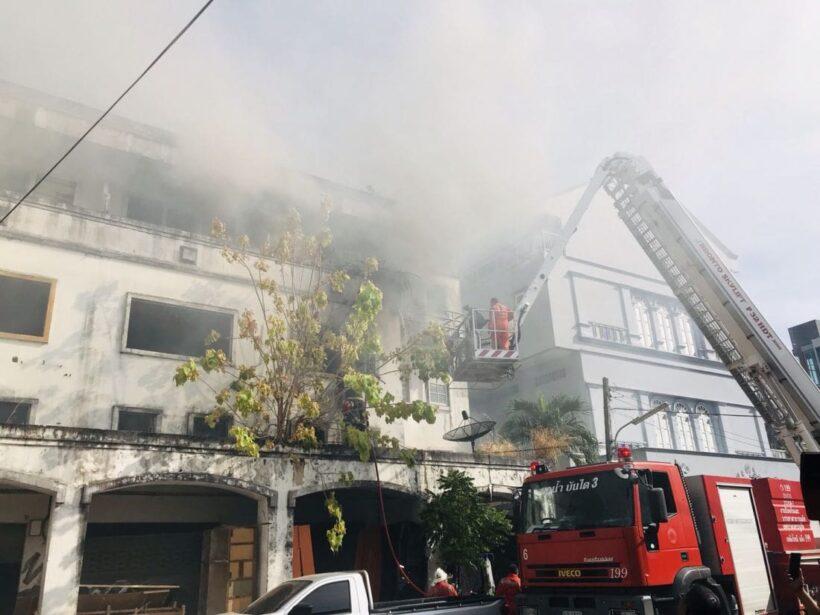 เพลิงไหม้วอดอาคารพาณิชย์ 1 คูหา ลุมลาม 3 คูหา กลางเมืองภูเก็ต | The Thaiger