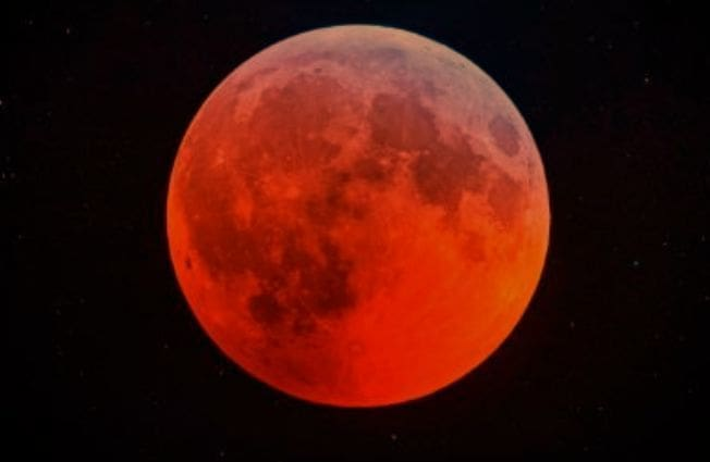 """ทั่วโลกแห่ชม """"พระจันทร์สีเลือด"""" เต็มดวงในรอบ 2 ปี   The Thaiger"""
