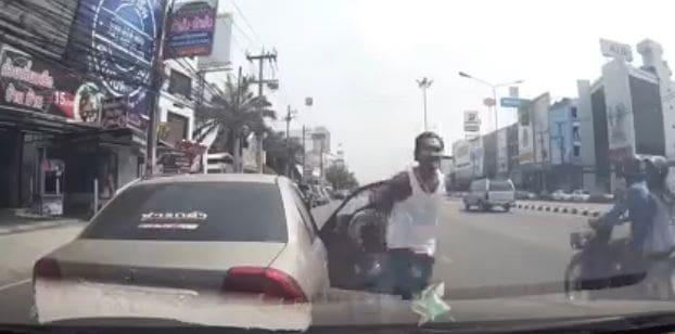ชายกร่างทำท่าเหมือนมีปืน ขู่ยิงคู่รักทิ้งกลางถนน | News by The Thaiger
