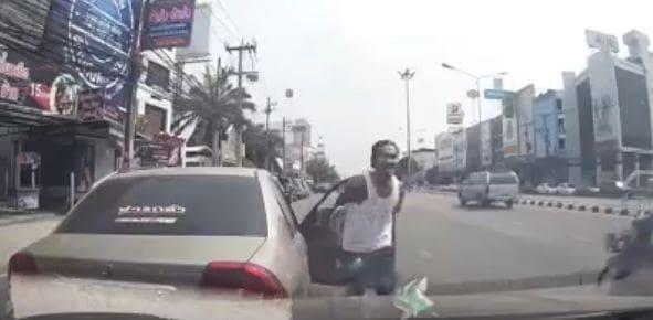 ชายกร่างทำท่าเหมือนมีปืน ขู่ยิงคู่รักทิ้งกลางถนน | The Thaiger