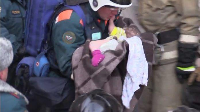 ทารก 11 เดือน รอดปฏิหาริย์ หลังติดใต้ซากตึกถล่ม 35 ชั่วโมง | News by The Thaiger