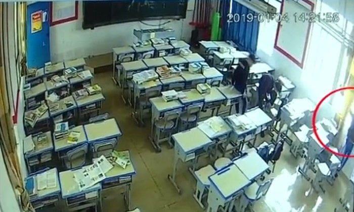 นักเรียนปีนหน้าต่างชาร์จแบตมือถือ พลาดตกตึก ดิ่งพื้นดับ | News by The Thaiger
