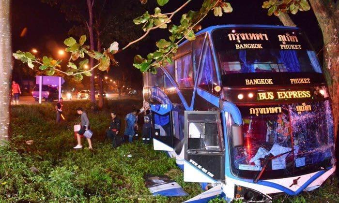 รถทัวร์กรุงเทพฯ-ภูเก็ตพุ่งลงข้างทาง นทท.ต่างชาติบาดเจ็บ เหตุคนขับหลับใน หวิดดับหมู่! | News by The Thaiger