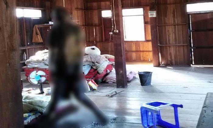 หนุ่มปิดบ้านเงียบ 2 อาทิตย์ ญาติไปตามถึงกับช็อค ผูกคอตายกับขื่อ – น้ำเหลืองกรังพื้น   The Thaiger