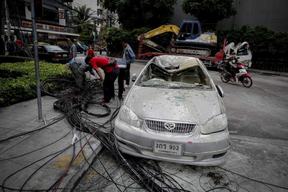 Truck pulls down electric poll, damaging cars in Bangkok | News by Thaiger
