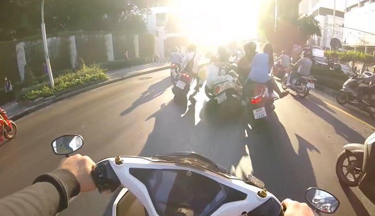 ขี่จักรยานยนต์มักง่าย ฝ่าไฟแดงแยกพระโขนง พุ่งไปชนรถคันอื่นล้มระเนระนาด   News by The Thaiger