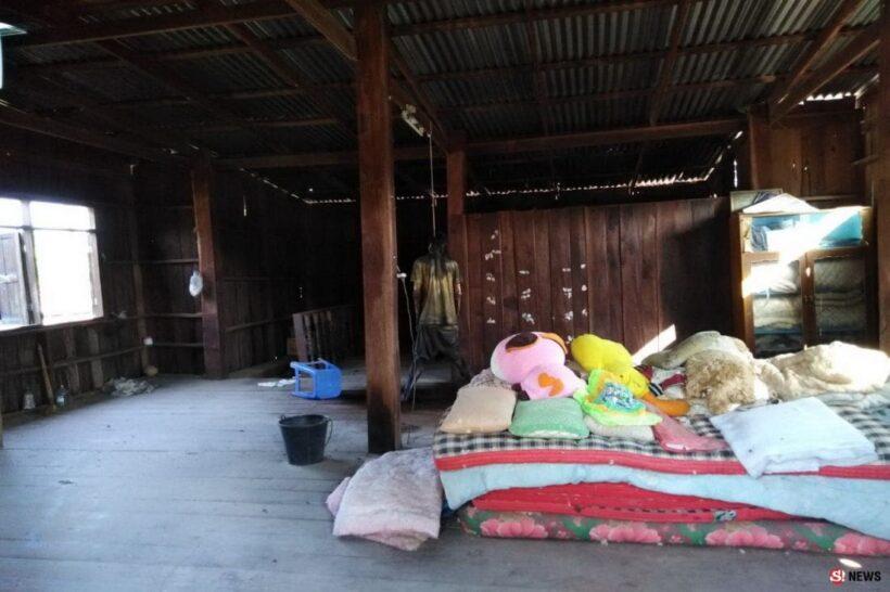 หนุ่มปิดบ้านเงียบ 2 อาทิตย์ ญาติไปตามถึงกับช็อค ผูกคอตายกับขื่อ - น้ำเหลืองกรังพื้น   News by The Thaiger