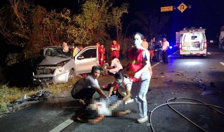 รถขนไก่ชนเสียหลัก พุ่งข้ามเลนประสานงารถกระบะ คนเจ็บร้องครวญเกลื่อนถนน   News by The Thaiger