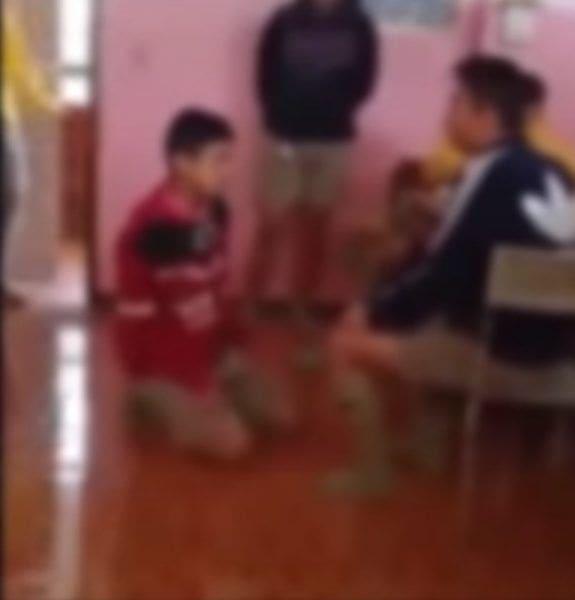 เปิดคลิป รุ่นพี่ 8 คน รุมทำร้ายรุ่นน้องจนอ่วม บังคับกราบเท้าขอโทษ | News by The Thaiger