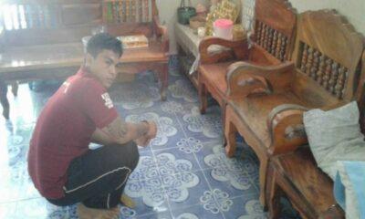 โหดเหี้ยม! หนุ่ม 22 ลวงเพื่อนมาฆ่า ปมหึงเมีย – กระหน่ำแทงคอพรุน หนีเข้าบ้านยังไม่รอด [คลิป] | The Thaiger