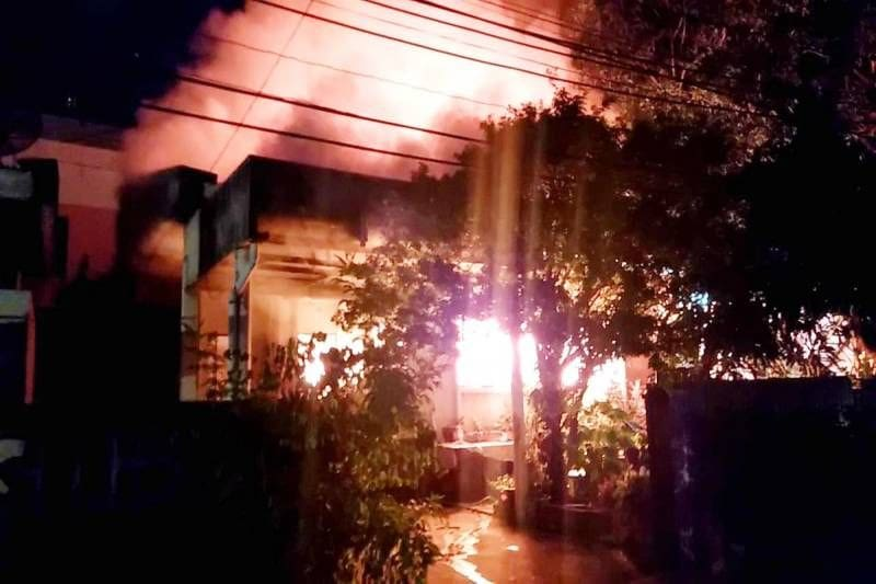 ระทึก! ไฟไหม้บ้าน ซ.วิภาวดี 60 กลางดึก ขณะเจ้าของบ้านวัย 63 นอนหลับ | The Thaiger