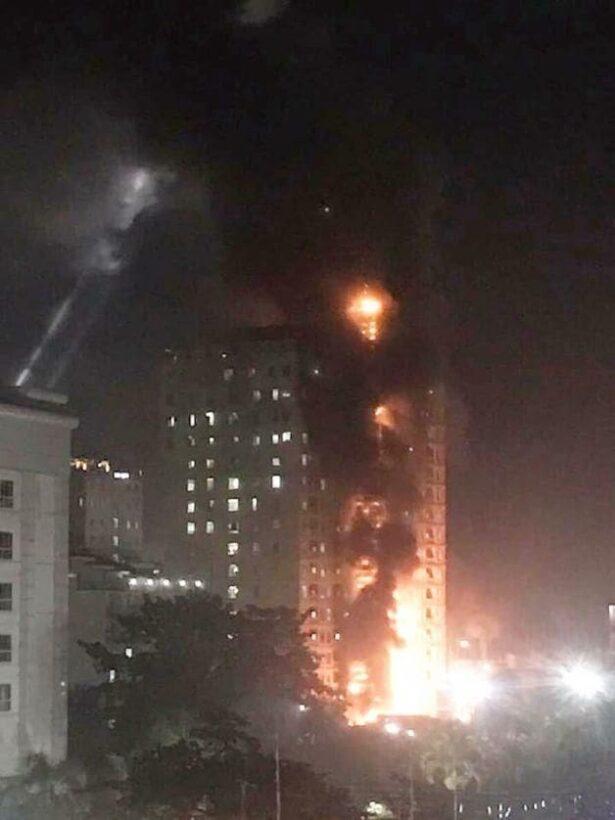 นาทีระทึก ไฟไหม้คาสิโนสูง 18 ชั้น ที่ปอยเปต กัมพูชา ผู้คนหนีตายอลหม่าน | News by The Thaiger