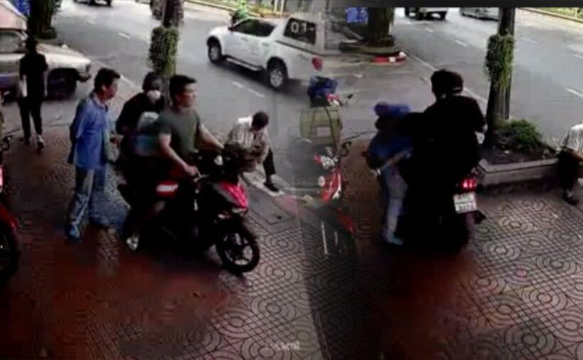 พฤติกรรมแย่! หนุ่มฉุนขับรถชนลุงบนทางเท้า หลังถูกต่อว่า 'นี่มันทางเท้า บีบแตรได้ยังไง'   The Thaiger