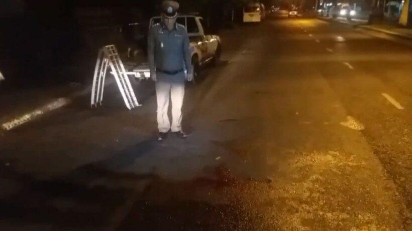 กลางเมืองบางแสน โจ๋ทะเลาะบนถนน ซิ่งรถไล่แทงคู่อริดับ | News by The Thaiger