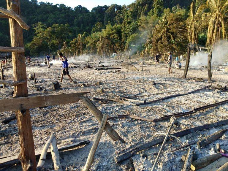 เจ้าหน้าที่เร่งช่วยเหลือชาวมอแกน จากเพลิงไหม้วอดทั้งหมู่บ้าน   The Thaiger