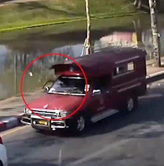 รถแดงฉาวอีก ชักมีดแกว่งข่มขู่รถเก๋ง แค่เพราะโดนบีบแตรเตือน | The Thaiger