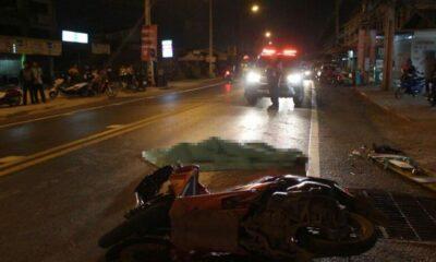 สยองเมืองอุดร จักรยานยนต์ชนรถพ่วง 18 ล้อ ถูกเหยียบสมองไหล | The Thaiger