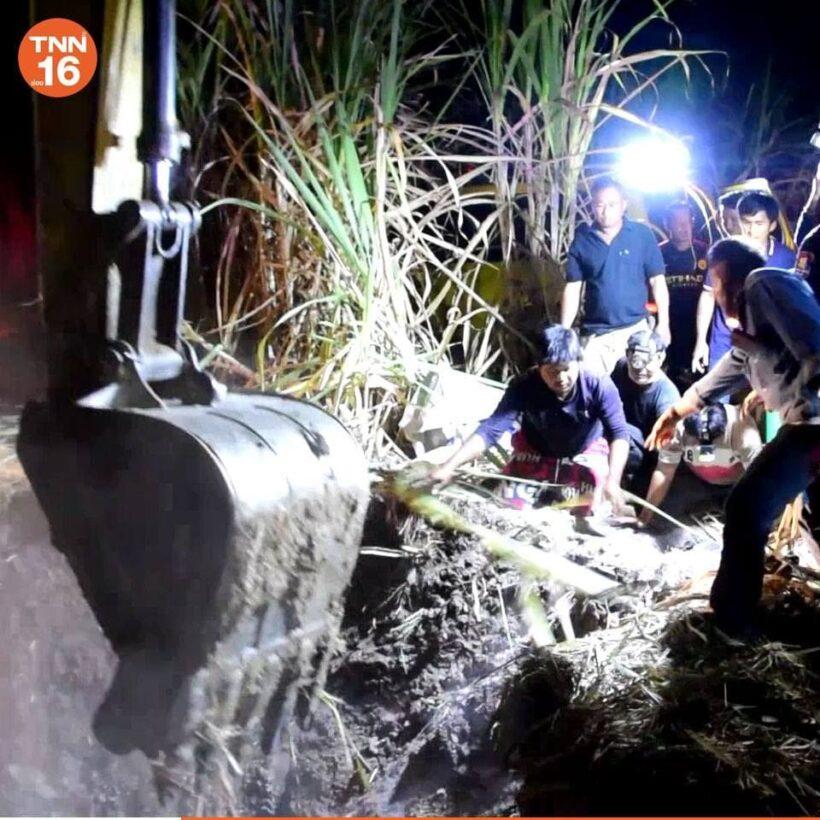 สะเทือนใจ! ด.ช. 6 ขวบ ร่วงตกบ่อลึก 4 เมตรในไร่อ้อย ค่อยๆ หมดลมหายใจก้นหลุม | News by The Thaiger