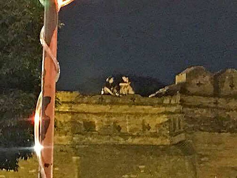 Foreign couple drinking on top of Chiang Mai's historic wall | The Thaiger