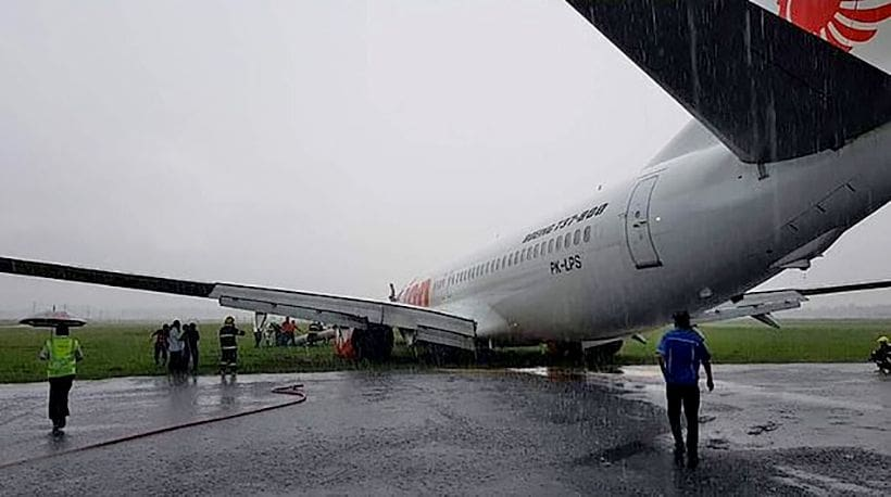 Lion Air flight slips off Borneo runway, landing in poor conditions – VIDEO | The Thaiger