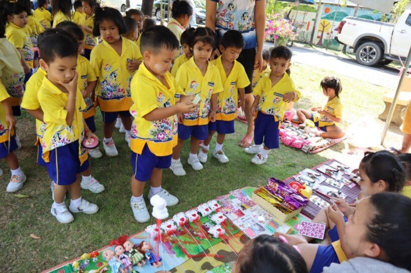 """โรงเรียนอนุบาลกาญจนวัฒน์ วิทยา จัดกิจกรรม """"ตลาดเศรษฐกิจพอเพียง""""สอนเด็กใช้เงินอย่างรู้ค่า   News by The Thaiger"""