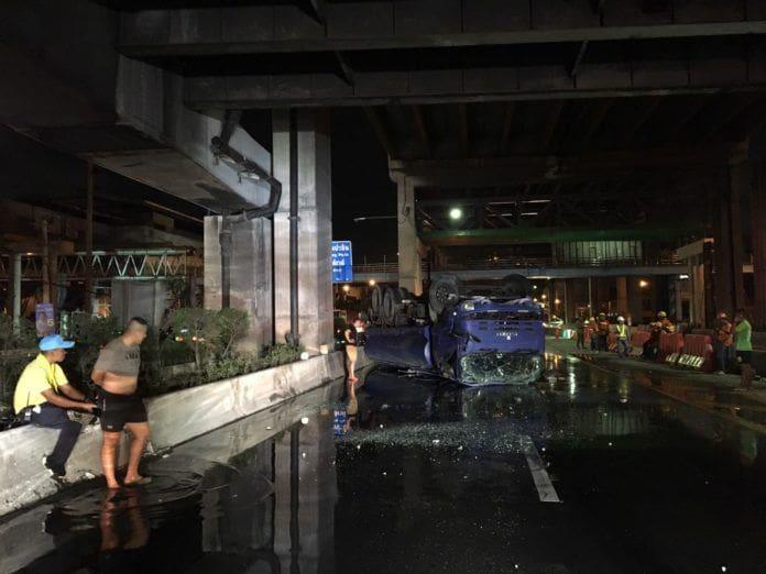 รถตำรวจฉีดน้ำไล่ฝุ่น PM2.5 ลื่นถนนวิภาวดีหงายท้อง น้ำนองเต็มพื้น | News by The Thaiger