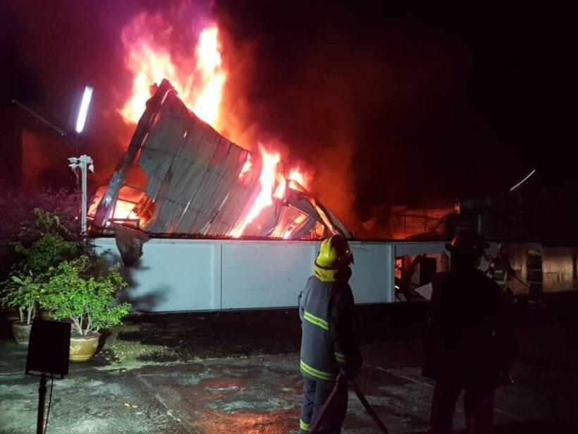 เพลิงไหม้โกดังเก็บสินค้าร้านประดับยนต์ภูเก็ต เสียหายหลายล้านบาท - คลิป | News by The Thaiger