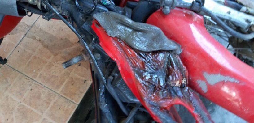 ไฟไหม้หญ้าแห้งขยายวงกว้าง ลุกลามติดรถจักรยานยนต์เสียหายหลายคัน | News by The Thaiger