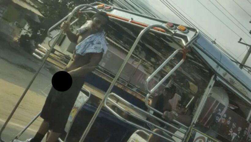 นักท่องเที่ยวพัทยาล้วง 'อานาคอนด้า' โชว์ฉี่ใส่ถนนบนรถสองแถว | News by The Thaiger