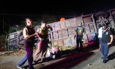 นักเรียนหวีดลั่นรถ บัสทัศนศึกษาแหกโค้งตกข้างทาง ครู นร. เสียชีวิต – เจ็บอื้อ คนขับเล่าเหตุปริศนา | The Thaiger