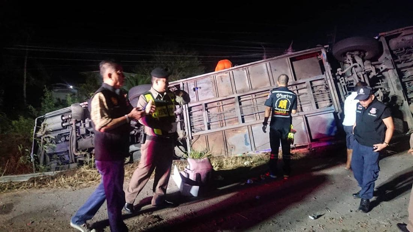 นักเรียนหวีดลั่นรถ บัสทัศนศึกษาแหกโค้งตกข้างทาง ครู นร. เสียชีวิต – เจ็บอื้อ คนขับเล่าเหตุปริศนา   The Thaiger