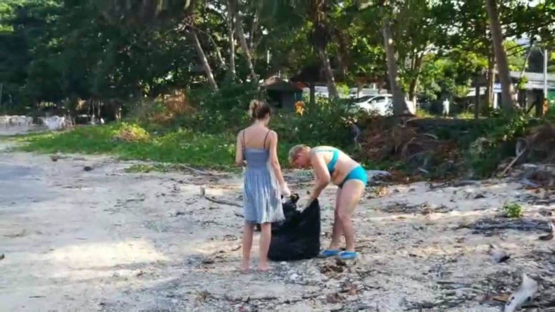 Five foreigners spend their holidays cleaning up rubbish along Krabi Beach | News by Thaiger