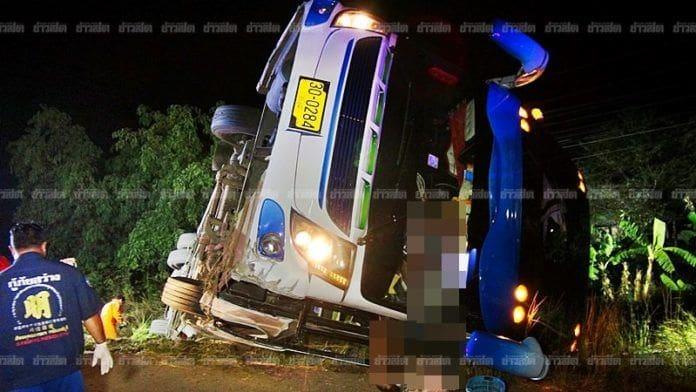 นักเรียนหวีดลั่นรถ บัสทัศนศึกษาแหกโค้งตกข้างทาง ครู นร. เสียชีวิต - เจ็บอื้อ คนขับเล่าเหตุปริศนา   News by The Thaiger