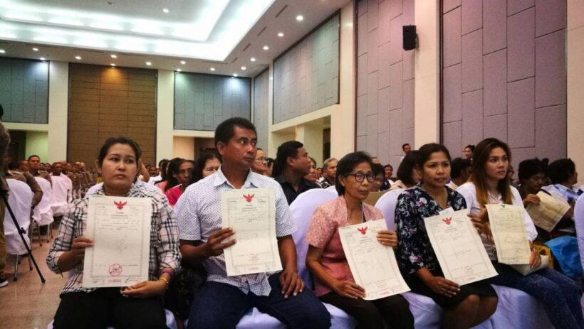 ตำรวจภูธรภาค 8 คืนความสุขให้ ปชช.มอบโฉนดที่ดินและทรัพย์สินคืนชาวบ้าน 123 ราย มูลค่ากว่า 57 ล้านบาท   News by The Thaiger