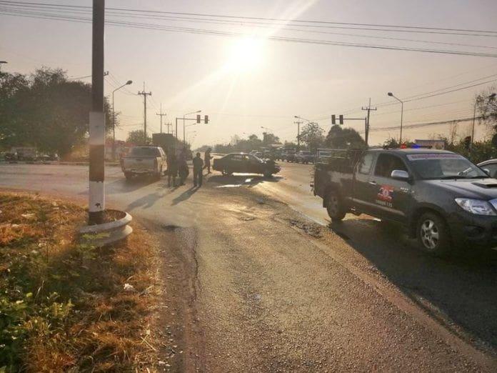 แดดแยงตา สองหนุ่มใหญ่ควบเก๋งผ่าไฟแดง อัดก็อปปี้รถพ่วง ดับสลด | News by The Thaiger