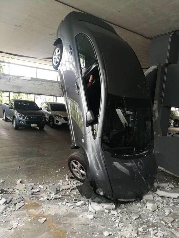 สาวขับเก๋งขึ้นอาคารจอดรถ คิดว่ามี 3 ชั้น เหยียบเต็มแรง รถทะลุกำแพงหัวทิ่มจากชั้น 2 ลงมาชั้น 1   News by The Thaiger
