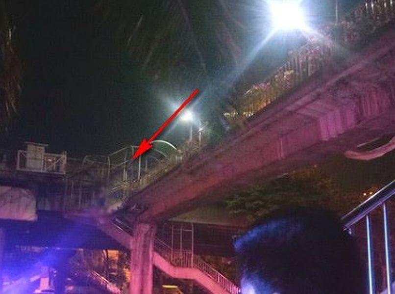 ช็อก! หนุ่มผูกคอบนสะพานลอย ซอยประดิษฐ์มนูญธรรม | The Thaiger