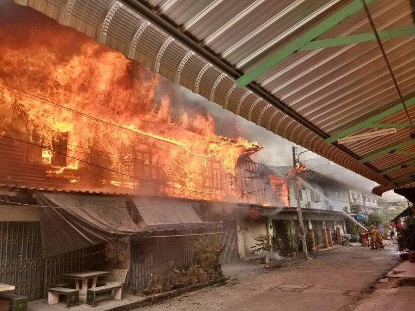 ด่วน เกิดเพลิงไหม้กลางเมืองกาญจนบุรี ไฟลามวอดบ้านประชาชนวอด | News by The Thaiger