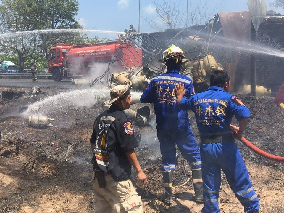 Truck carrying gas tanks overturns in Rayong | News by Thaiger