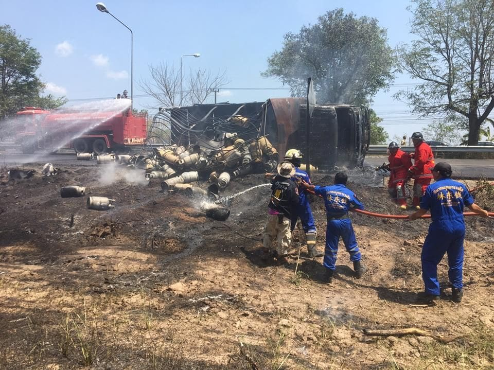 Truck carrying gas tanks overturns in Rayong   The Thaiger