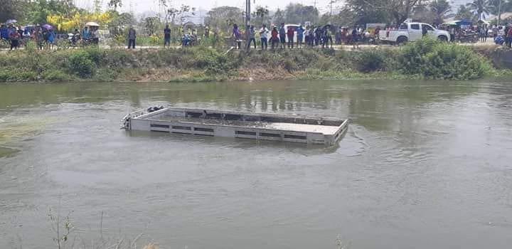 สยอง รถบรรทุกชนรถตู้โดยสาร เสียชีวิตนับ 10 ราย [ภาพชุด] | News by The Thaiger